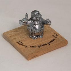 """Фигурка мельхиоровая """"Тому, кто умеет делать все!"""" (бобер с дрелью, на ремне- отвертка, молоток) 7*7*5,5 см"""